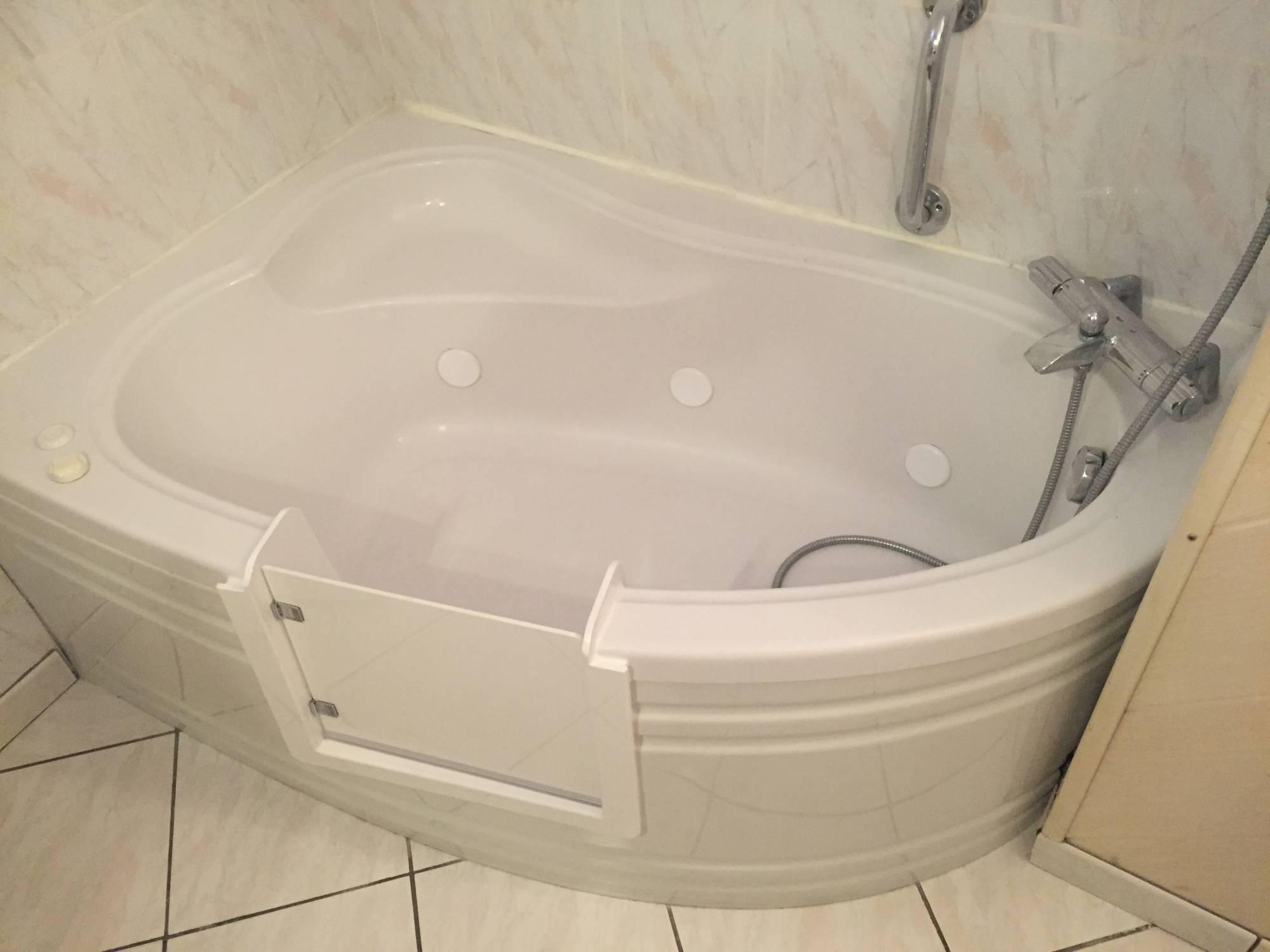 ouverture de baignoire balneo avec portillon anti eclaboussures renovbain. Black Bedroom Furniture Sets. Home Design Ideas