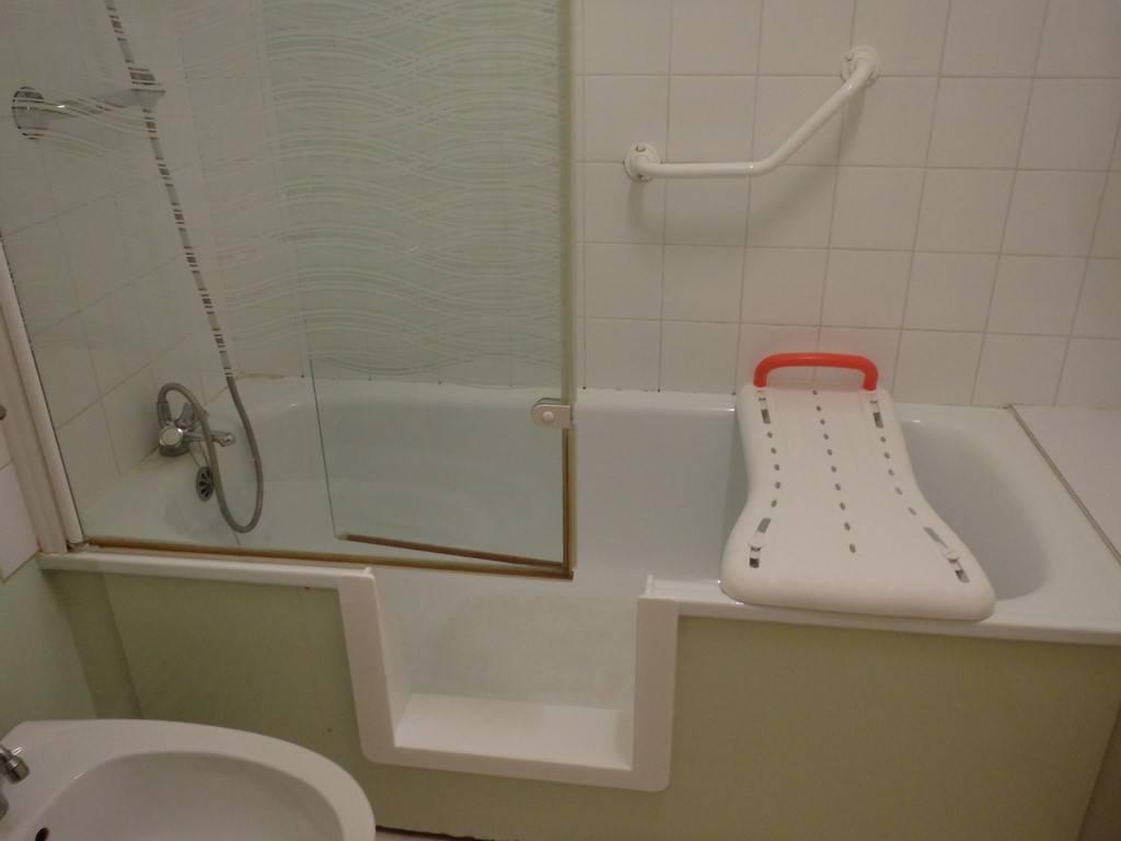 transformation de ma baignoire en douche renovbain. Black Bedroom Furniture Sets. Home Design Ideas