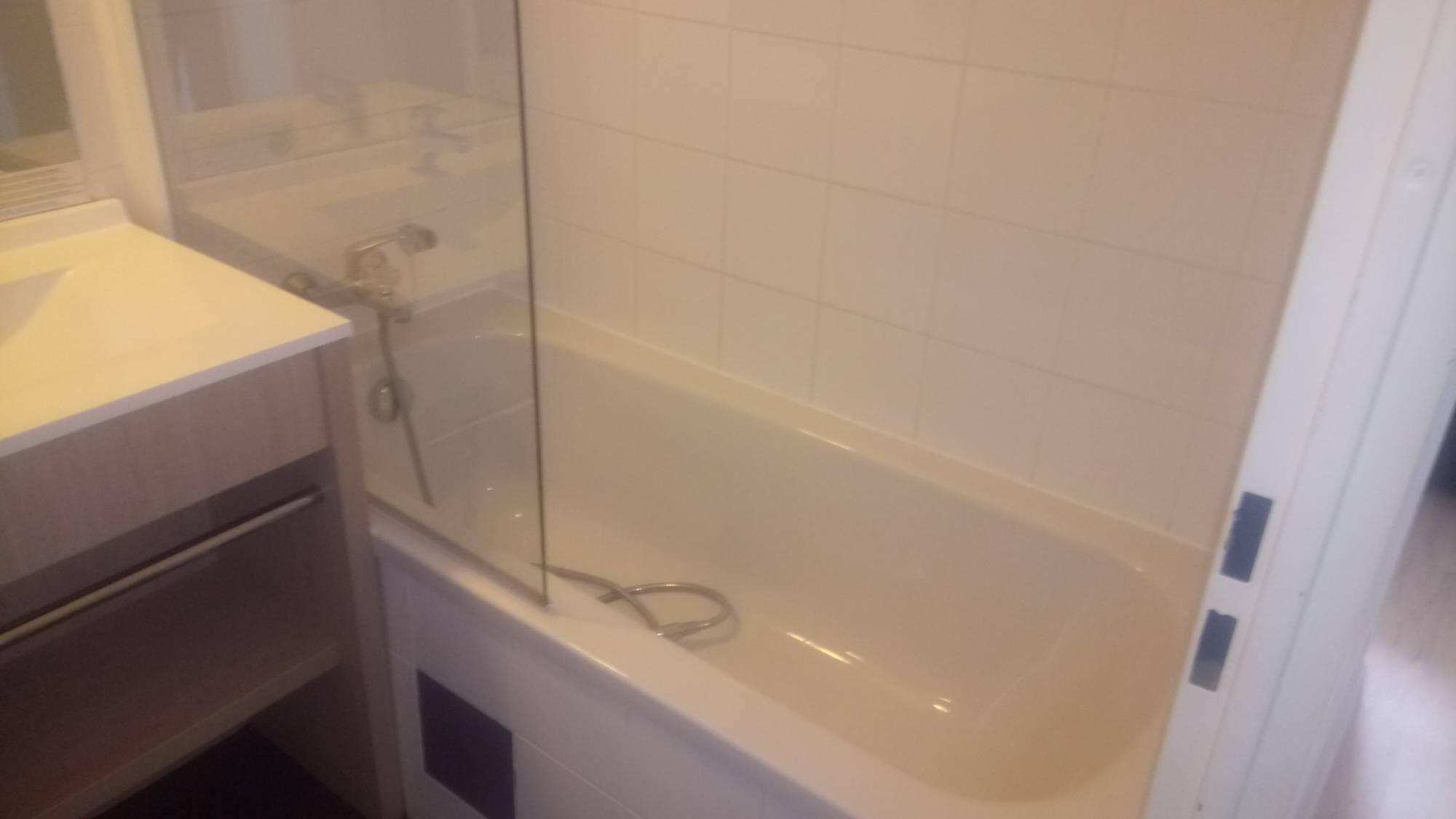 R novation baignoire avec coque encastrable paris renovbain for Baignoire non encastrable