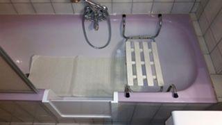 ouverture de baignoire avec portillon anti éclaboussures à la londe dans le var en région paca 83250
