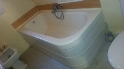 Ouverture de baignoire tablier fonte avec pose d'une porte étanche sur mesure. Toulon dans le var en région paca